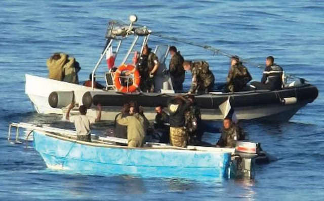 חיילים צרפתים עוצרים פירטים שניסו להשתלט על ספינה במפרץ עדן ב-2009. צילום: מדע פופולארי