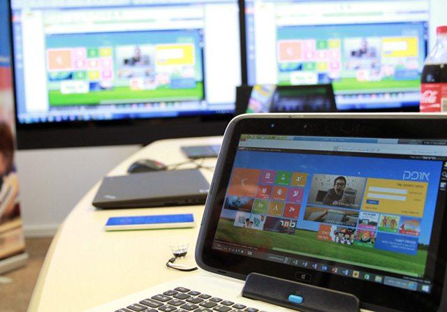 המחשב של המורה (ברקע) רואה ושולט במחשבים של התלמידים. צילום: גיקטיים
