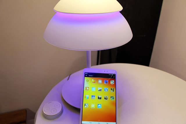 גוף תאורה עם 2 נורות צבעוניות שניתנות לשליטה מהאפליקציה. צילום: גיקטיים
