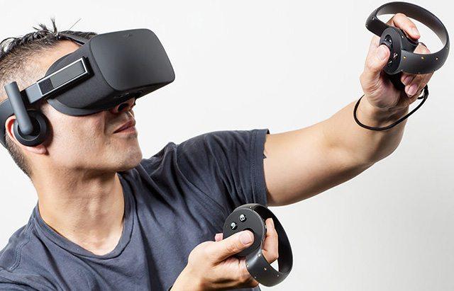 משקפי ה-Rift עם בקרי השליטה החדשים. מקור: Oculus