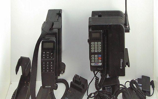 אלו היו מכשירי הטלפון ששלטו ב-1991, כשיצאו כרטיסי ה-SIM הראשונים. מקור: cc-by-