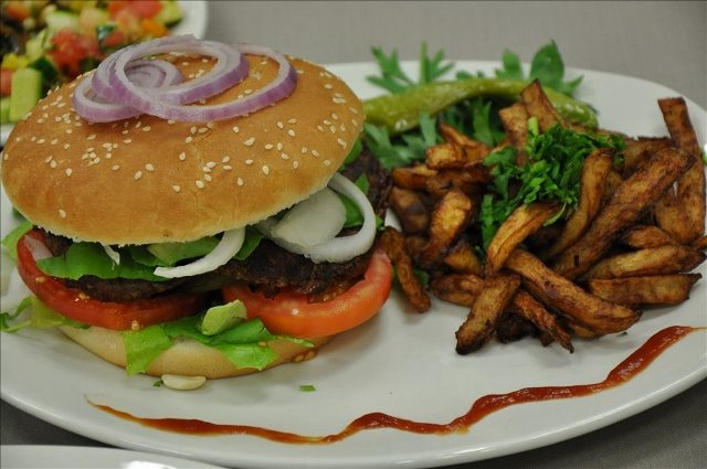 המבורגר וצ'יפס ביתי קרדיט: אינטל