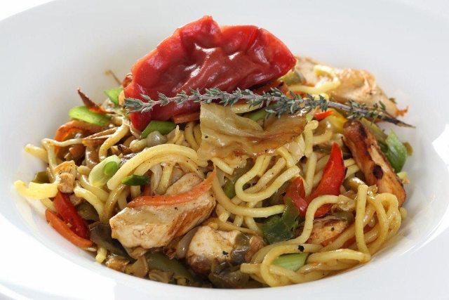 רצועות עוף סיני מוקפצים עם ירקות על מצע נודלס. קרדיט: אינטל
