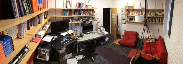 מבט פנורמי על המשרד של דן