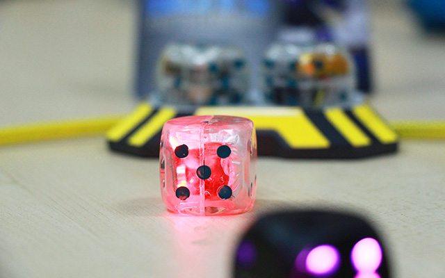 דגם אב הטיפוס של הקוביות על רקע משטח הטעינה. צילום: גיקטיים