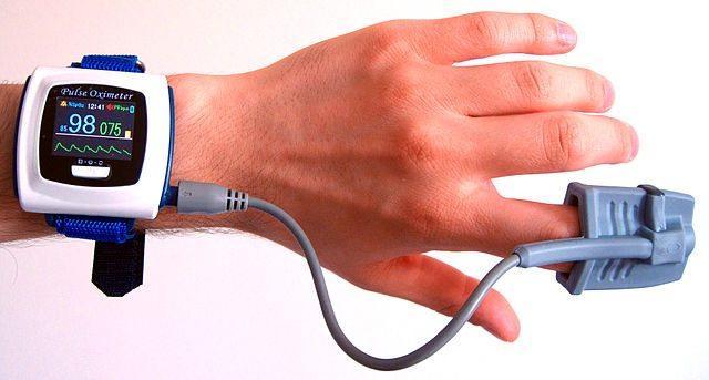 מדידת סטורציה (רמות חמצן בדם) כיום. בקרוב, נוכל לעשות זאת מרחוק וללא מגע. מקור: cc-by-Mysid