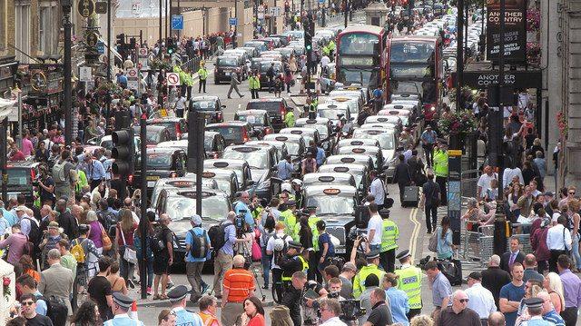 מחאת נהגי המוניות בלונדון כנגד הכניסה של Uber. מקור: cc-by-DAVID HOLT