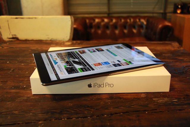 ה-iPad Pro - מסך חד להחריד, אודיו מוצלח למדי, אבל ממש לא משהו שתחזיקו ביד אחת (צילום: גיקטיים)