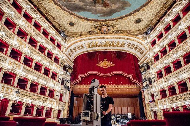 אחת מהמצלמות של גוגל מוצבת באולם אופרה (צילום: גוגל)