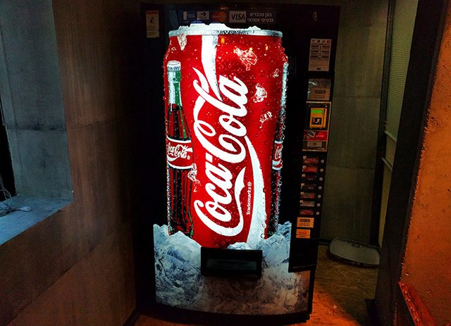 לא רק מכונות לממכר שתייה. צילום: גיקטיים