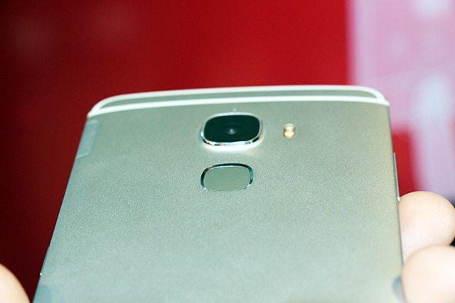 קורא טביעות האצבע החדש של קוואלקום שמשולב במכשיר. צילום: גיקטיים