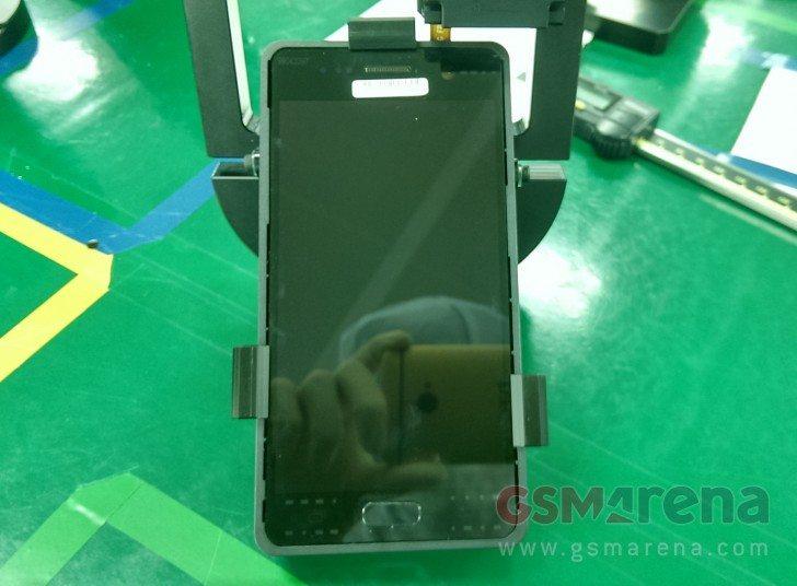 כן, המדליף צילם את ה-S7 עם מכשיר HTC. עובד סמסונג - הוא לא. מקור: gsmarena