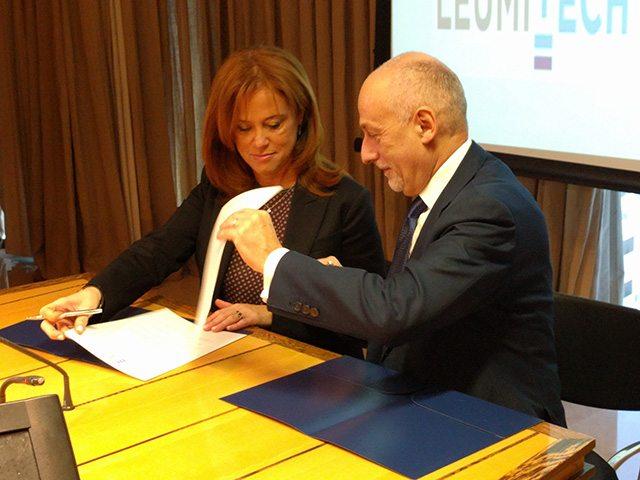 רקפת רוסק עמינח ופייר לואיג'י גילברט חותמים על ההסכם. צילום: גיקטיים