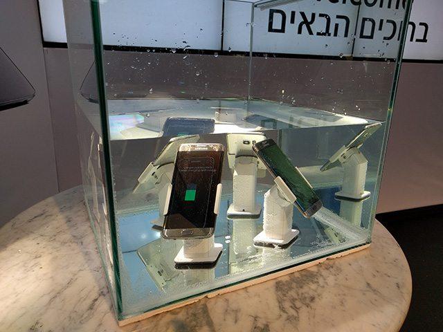 בסמסונג בחרו להשיק את המכשיר בישראל בתוך אקוואריום, כדי להמחיש את ההגנה שלו ממים. צילום: גיקטיים