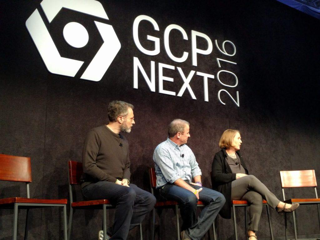 """מימין לשמאל: דיאן גרין, סמכ""""לית תחום הענן, בריאן סטיבנס, סמנכ""""ל מוצר ואורס הולץ, סמנכ""""ל תשתיות ענן בגוגל. כנס GCPNext2016, סן פרנסיסקו. צילום: גיקטיים"""