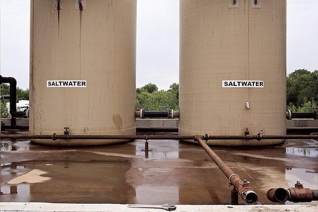 מפעלי נפט וגז מייצרים מי שפכים המורכבים בעיקרם ממלחים. בארצות הברית בארות הזרקה מחדירות 7.5 מיליארד ליטר מהם ביוםף אל מתחת לפני הקרקע (צילום: מדע פופולארי)