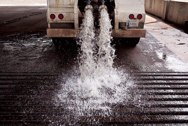 משאית הנושאת מי שפכים שופכת אותם אל תוך מתקן אחסון באוקלהומה, לפני שהן מוזרקים מחדש אל תוך האדמה (צילום: מדע פופולארי)