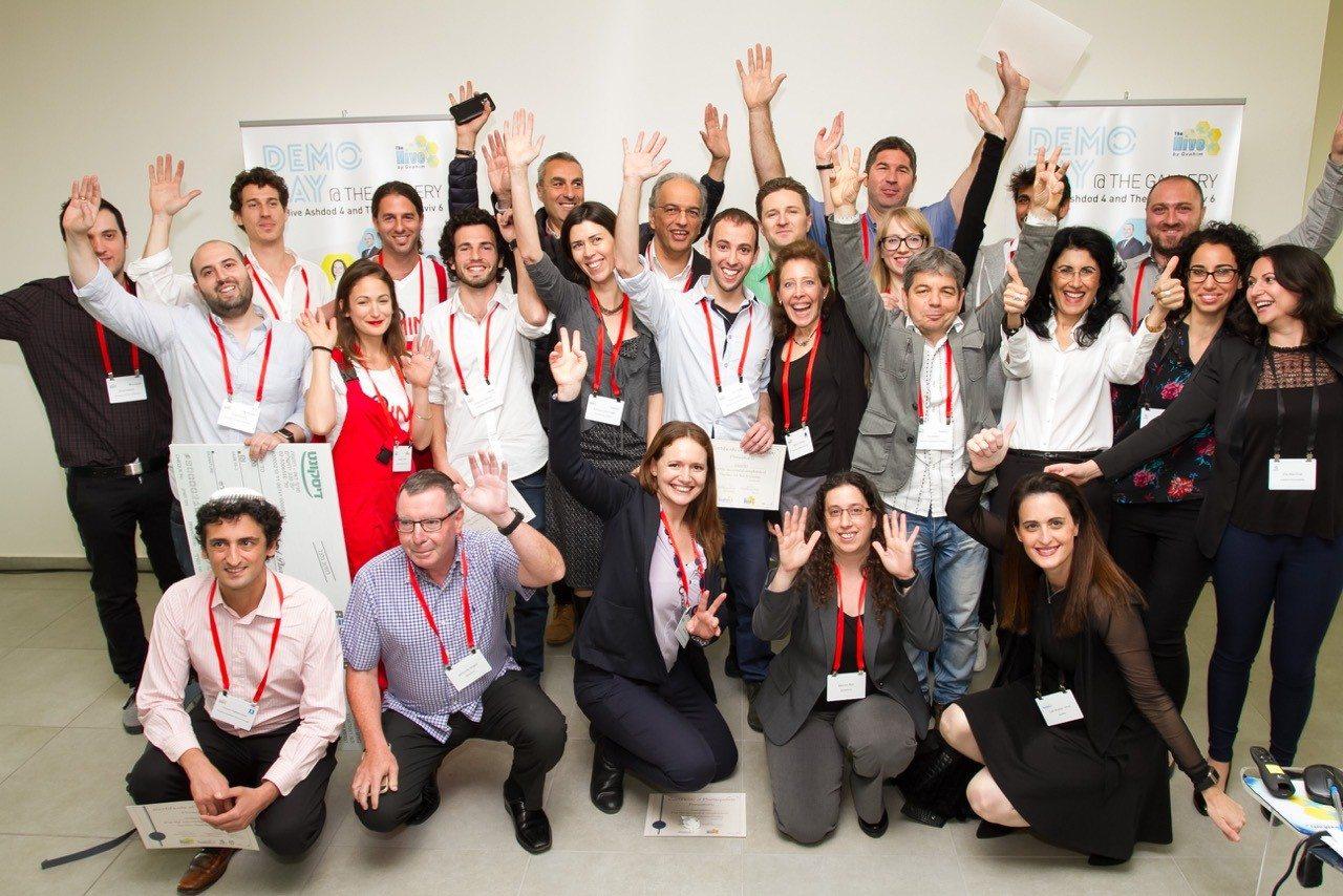 תמונה קבוצתית של יזמים, שופטים, צוות ההייב וחלק מהשותפים של האקסלרטור