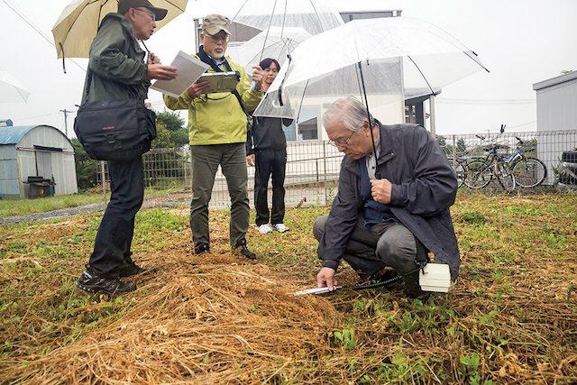 מדען הגרעין איקורו אנזאי מודד רמות קרינה ליד גן ילדים בעיר פוקושימה (צילום: מדע פופולארי)