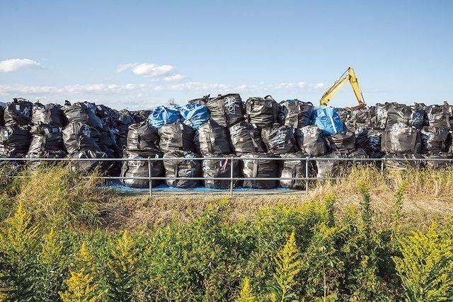 שקים מלאי פסולת ואדמה מזוהמת נערמים באתר בנרהא (תמונה: מדע פופולארי)