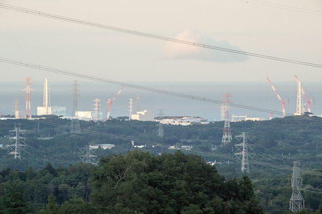 תחנת הכוח הגרעיני פוקושימה דאיצ׳י ההרוסה כפי שהיא נראת מהגשר שליד סכר טקיגאווה כ-11 ק״מ דרום מערבית לתחנה (צילום: מדע פופולארי)