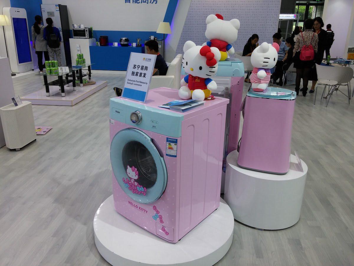 תמונה: אורי ברקוביץ׳, מכונת כביסה של הלו קיטי היא מוצר צריכה בסיסי