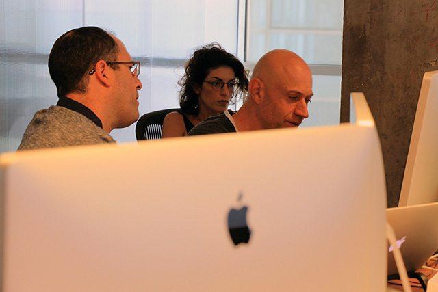 כשעדי, מנהלת מכירות, סימון, מנהל מוצר ועמי, Customer Success Manager, נפגשים מול מסך אחד. צילום: גיקטיים