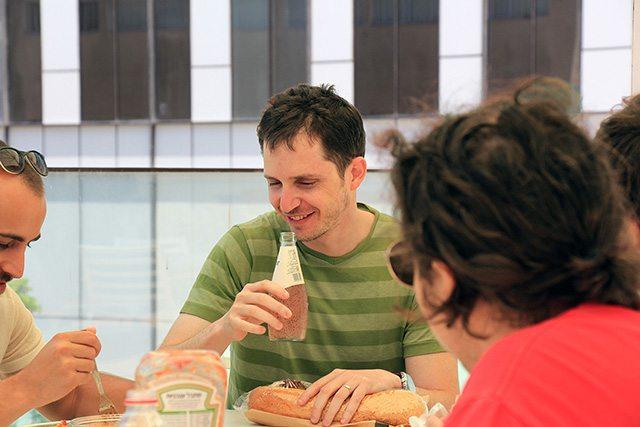 אלון מנהל קבוצת ה-Storage בארוחת צהרים עם החבר'ה. צילום: גיקטיים