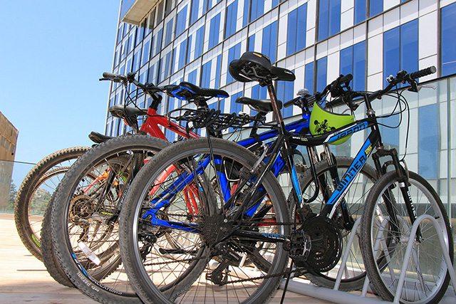 לא מעט עובדים עושים את דרכם מתל אביב להרצליה על גבי אופניים. צילום: גיקטיים