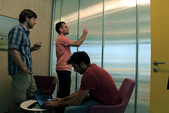 אייל מצוות Management, אייל מצוות Storage ועידו מצוות Network בישיבת עבודה. צילום: גיקטיים