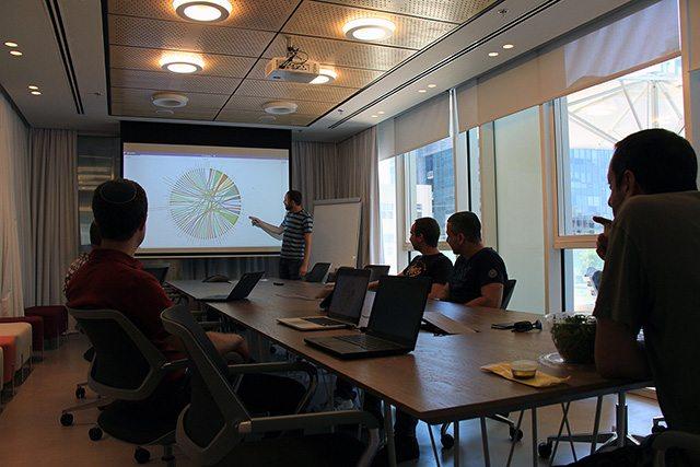 גיא ראש צוות UI מציג את הפיתוחים האחרונים. צילום: גיקטיים