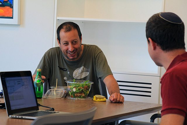 """שיחת עדכון של מנכ״ל סטרטוסקייל, אריאל מייסלוס עם עוזי קריגר, סמנכ""""ל השיווק. צילום: גיקטיים"""