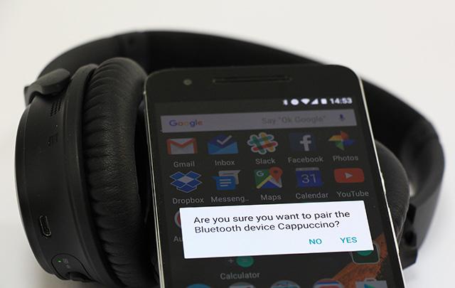 פשוט הקישו עם הטלפון על האוזניות. ה-NFC יקח את זה מכאן. צילום: גיקטיים