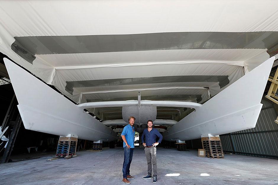 ארוסאר ודלאפוס במספנה שבה מיכינים את האנרג'י אובזרבר. תצלום: אתר המיזם