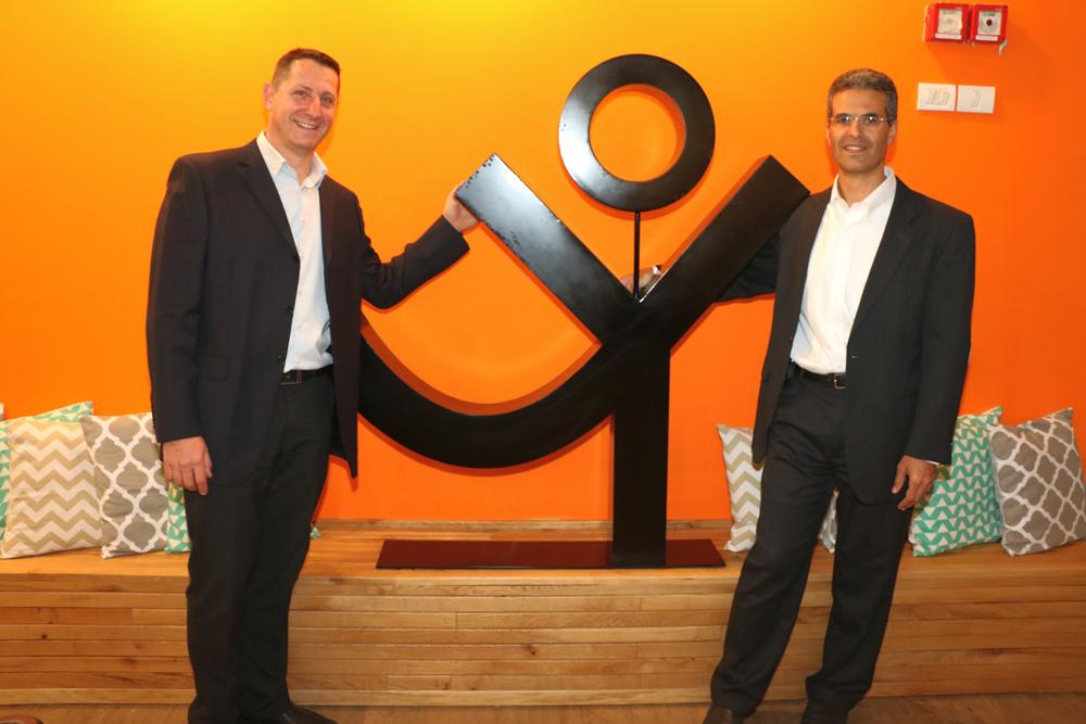 """מימין לשמאל: אבי ירון, מנכ""""ל החברה, ועידן כץ, הסמנכ""""ל העסקי. צילום: נאור שוורץ"""