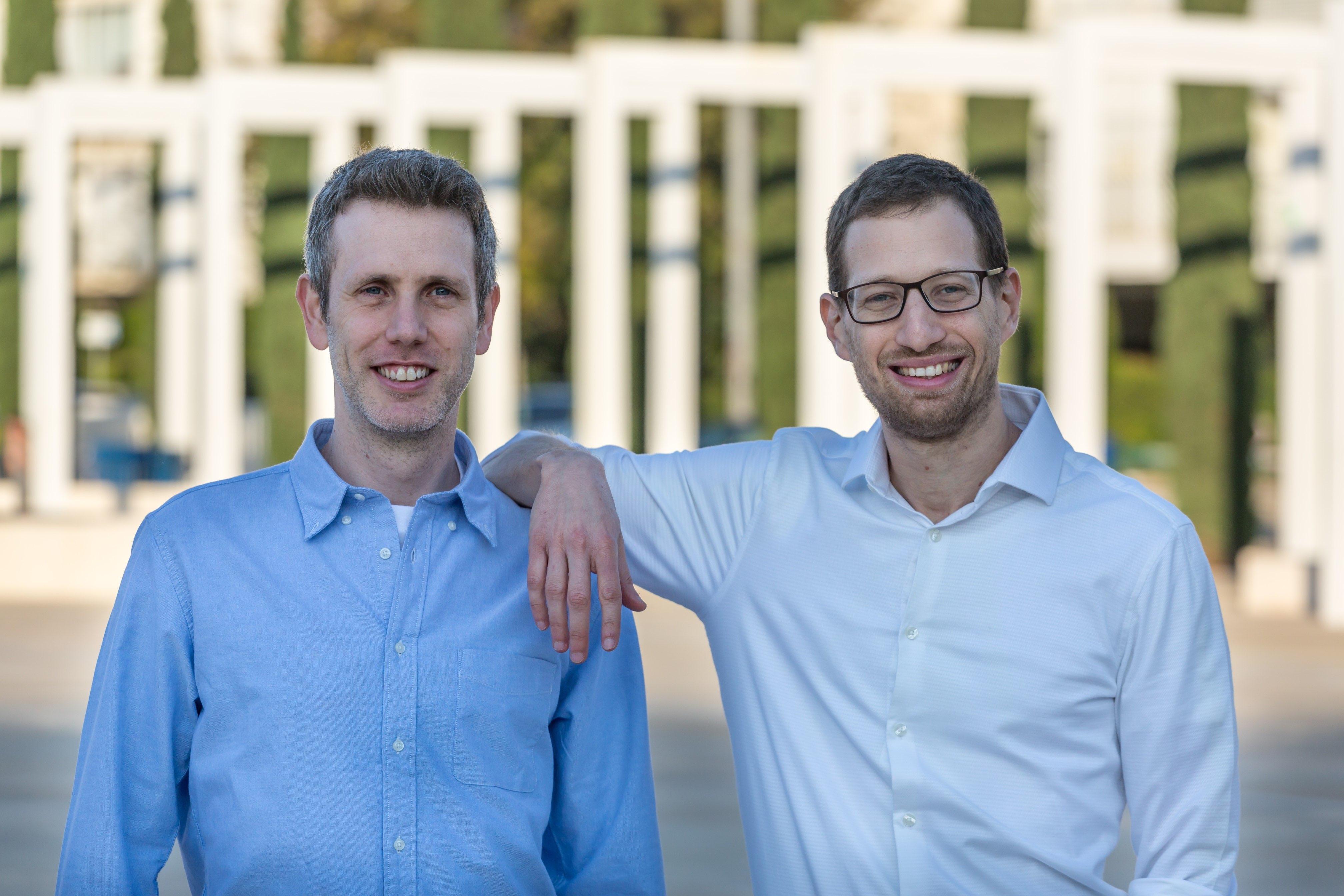 צמד היזמים, מימין לשמאל: ארז ברקנר ואביעד מור. מקור: Lumigo