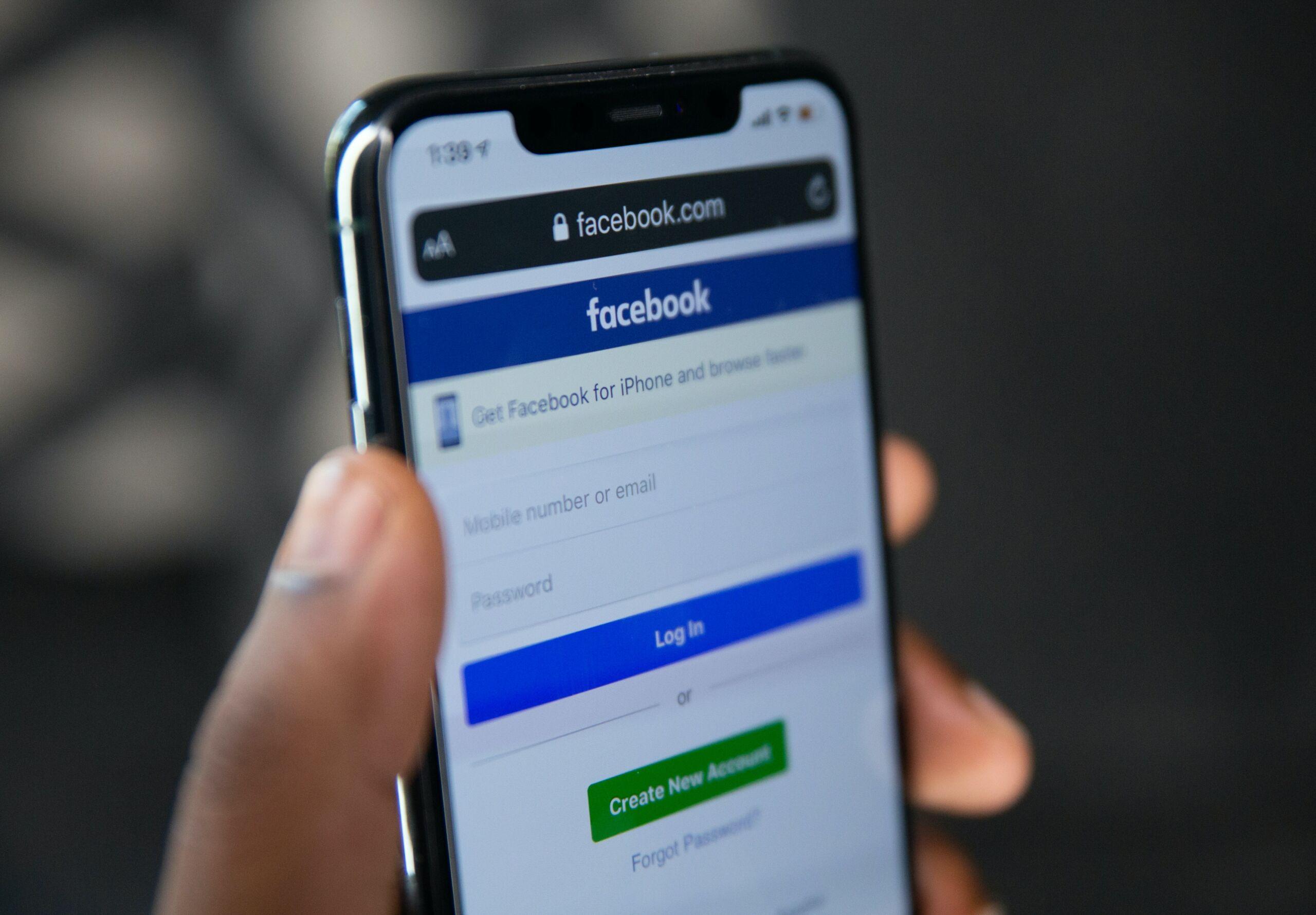 מסך ההרשמה לפייסבוק. לא לכולם זה פשוט (צילום: Solen Feyissa, unsplash)